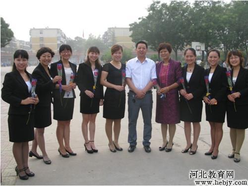 邯郸县实验小学各位领导与老师共度教师节